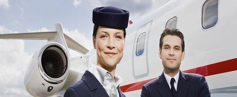Que font les hôtesses de l'air et stewards d'un avion?
